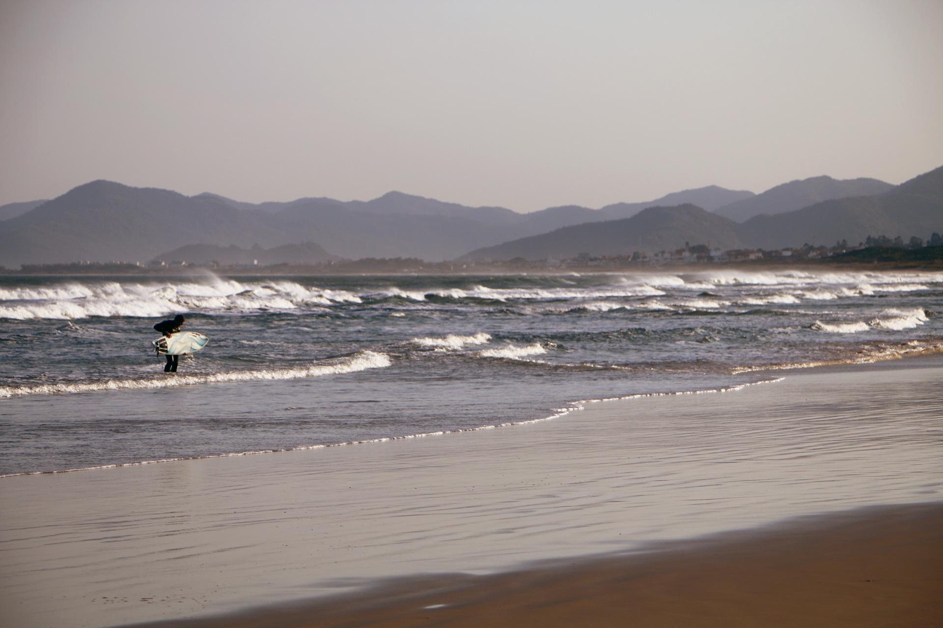 surfer-praia-joaquina-florianopolis